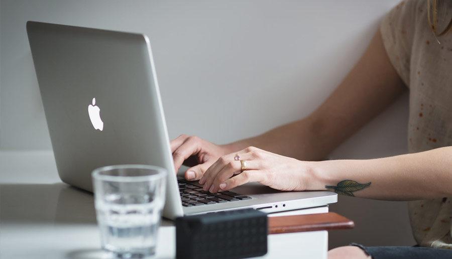Een vrouw achter haar laptop